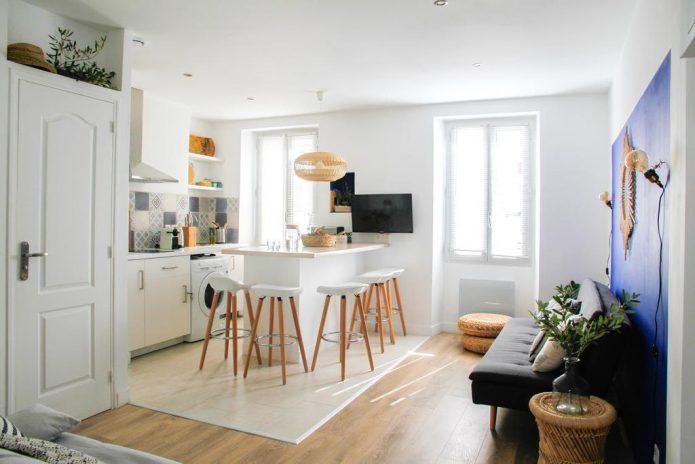 Вариант комбинирования светлой плитки и древесного ламината на кухне