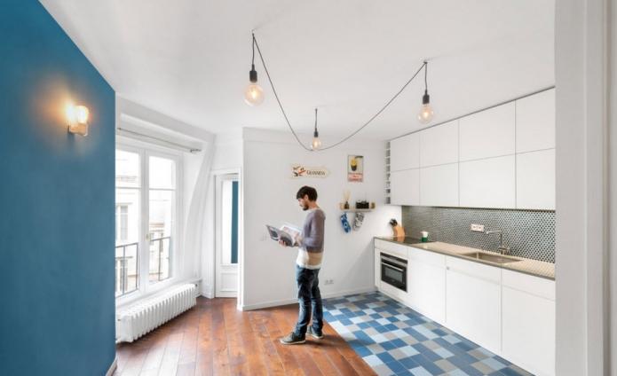 Комбинированный пол их синей плитки и древесного ламината на кухне