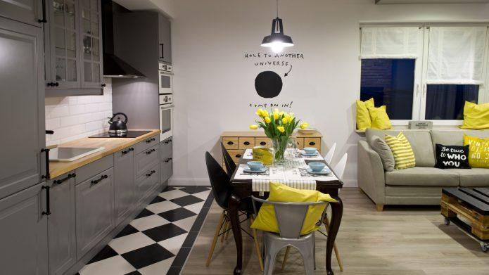 Комбинированный пол из черно-белой плитки и светлого ламината в кухне-гостиной