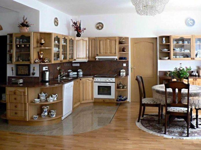 Вариант комбинированного пола в просторной кухне