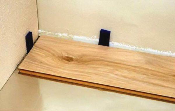 Прокладки между стеной и ламинатом