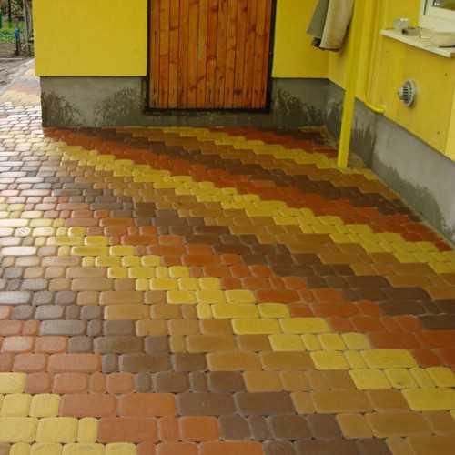Разноцветная елочка из тротуарной плитки