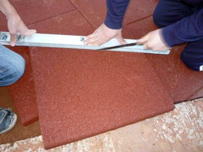 При укладке резиновой плитки необходимо пользоваться уровнем