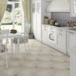 Светлая плитка на пол кухни с контрастными вставками
