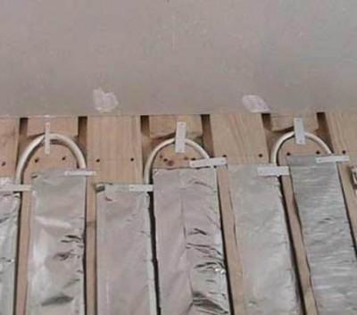 Закрепление трубы при монтаже деревянной системы водяного теплого пола