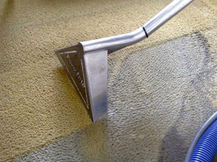 Чистка ковра с помощью пылесоса и шамнуня