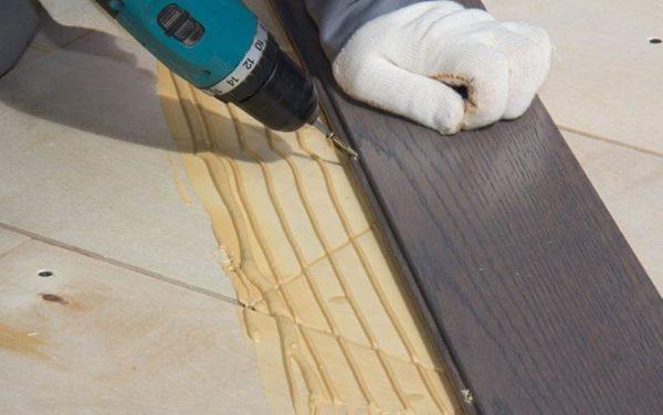 Укладка массивной доски на клей с саморезами