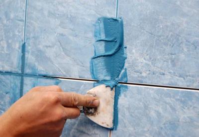 Затирка для швов наносится на плитку резиновым шпателем, который позволяет равномерно заполнить межплиточные пустоты
