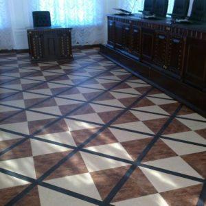 Кварц-виниловая плитка в зале суда