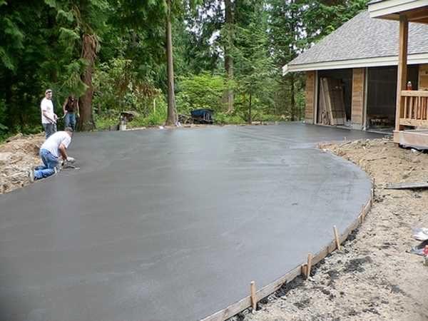 Заливка бетонной стяжки перед мощением плиткой