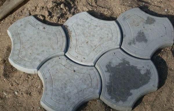 Жирные пятна на тротуарной плитке